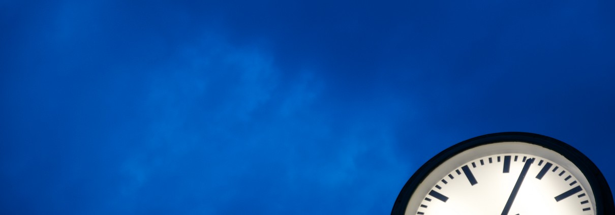 Eine Uhr vor blauem Himmel
