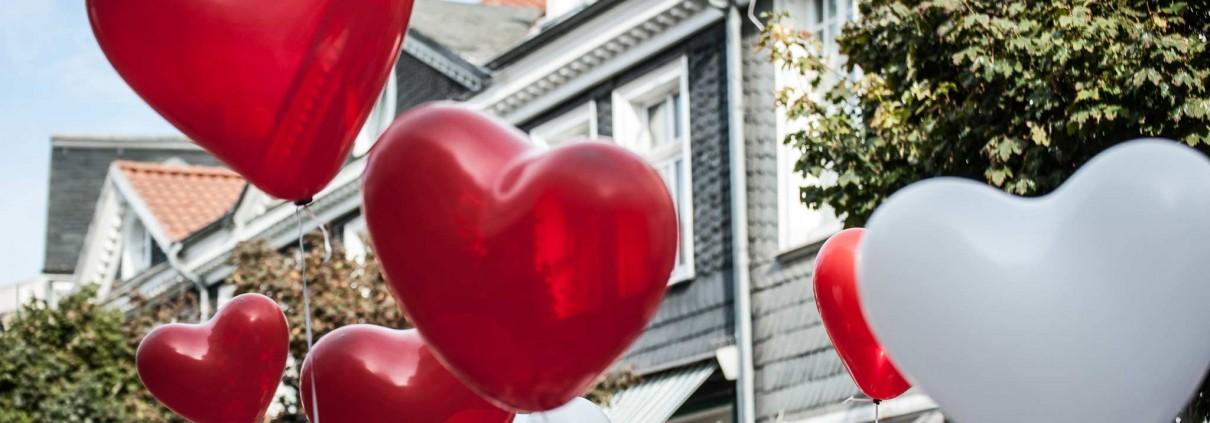 Herzen Luftballons in der Altstadt von Hattingen